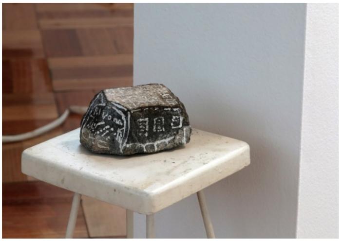 Marco Montiel-Soto, Piedra con la cárcel de Valparaíso, 2013. Una piedra pintada y con forma de diamante fue encontrada en la ex cárcel de Valparaíso, actualmente un Parque Cultural. Esta piedra fue pintada con Liquid Paper por el vigilante del Parque y tiene la perspectiva de la cárcel vista desde la casilla de vigilancia